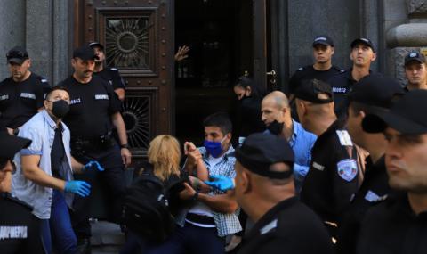 Кадри от извеждането на протестиращите от сградата на Народното събрание (ВИДЕО)
