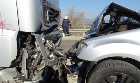 Джип се удари челно в тир на изхода на Благоевград