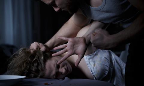 Изверг преби зверски и изнасили жена в дома ѝ