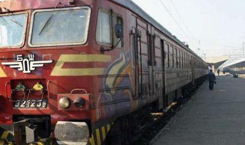 Мъж легна на релсите на влак в Пловдив, борят се да го спасят