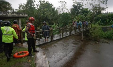 Наводнение отне живота на ученици в Индонезия