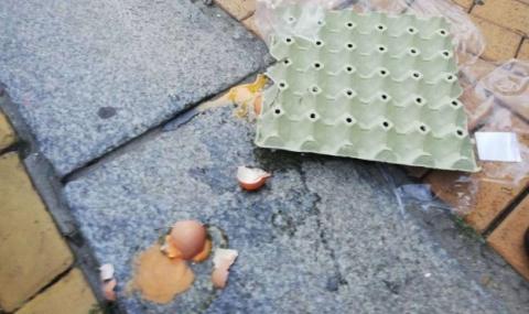 Замеряха с яйца сградата на Министерския съвет