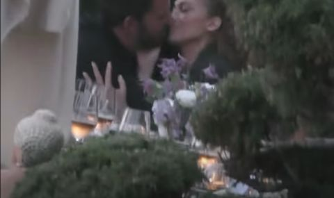 Заснеха Дженифър Лопес и Бен Афлек в страстна целувка (ВИДЕО)