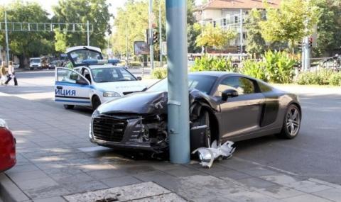 Пияна 19-годишна се заби с кола в стълб (Снимки) - 1
