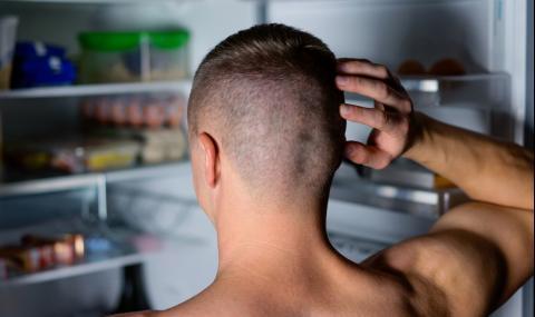 Мъж завари гол непознат в дома си - пеел и пиел мляко на кухненския под