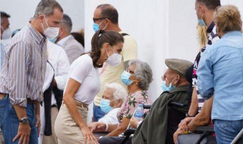 Испанската кралска двойка се срещна с пострадали от вулкана на остров Ла Палма - 1