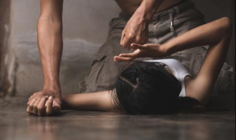 Мъж ограби и изнасили жена, докато синът ѝ спи