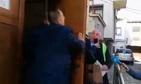 Напрежение на Общинския съвет в Созопол, бившият кмет блъска жена с врата