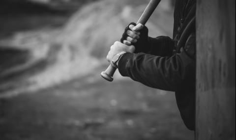 Пребиха млад мъж с бухалка в Хасково