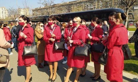 Албански стюардеси чакат на опашка за ваксини в Белград