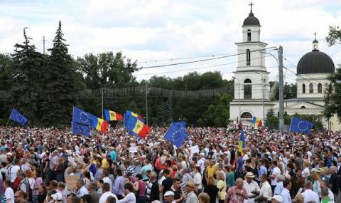 Хиляди по улиците: какво става в Молдова?