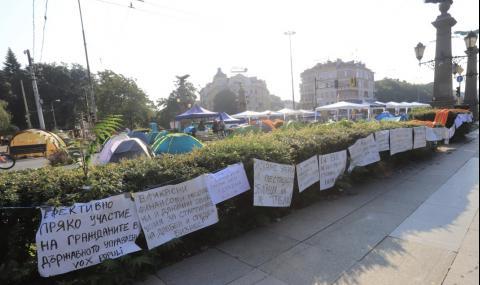 Протестиращите сложиха шапки-прасета, расте лагерът на