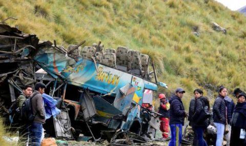 Сблъсък на автобус и камион погуби 18 души в Алжир - 1