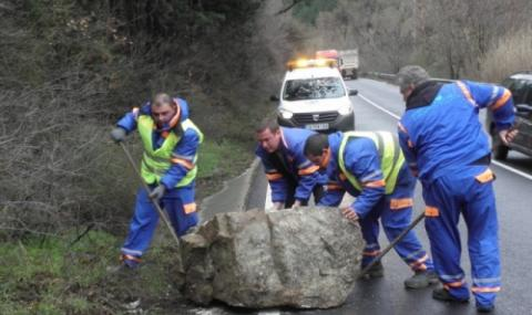 Автомобил се обърна по таван след удар в паднал камък