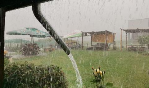 Силна буря удари Враца, градът е под вода (СНИМКИ)