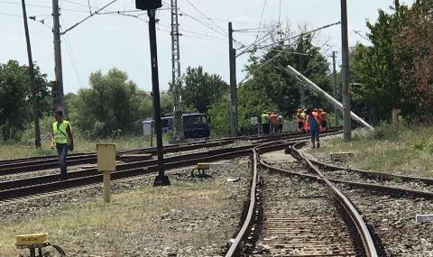 Влак дерайлира, спряха движението между Белово и Костенец