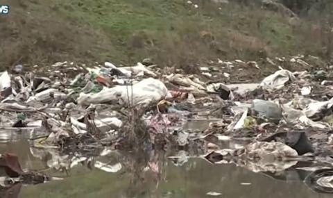 Средец тъне в боклуци след приливната вълна (ВИДЕО)