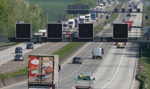 Германски полицаи спират на случаен принцип автомобили и проверяват пътуващите - 1