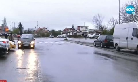 Отходна вода тече по столичен булевард
