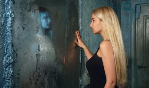 Зловещо поверие ще ви накара да изхвърлите незабавно огледалото от спалнята си