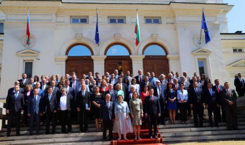 ГЕРБ и ИТН бойкотираха общата снимка пред парламента