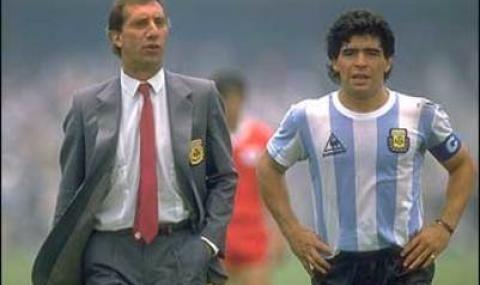 Крият от знаменит аржентински треньор новината за смъртта на Марадона