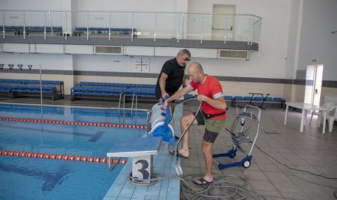 Робот от ново поколение почиства плувния басейн в Стара Загора
