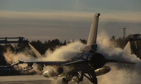 Полски изтребител F-16 спусна колесника си на 5000 метра при вида на маневриращ руски Су-27 (ВИДЕО)