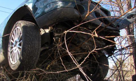 Шофьор с крадена кола се разби в ограда, бягайки от полицията в Сливен