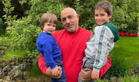 Бойко Борисов показа снимка с внуците си за 1 юни