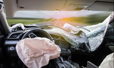 Млад шофьор помля пътни знаци и контейнер, блъсна се и в автобус