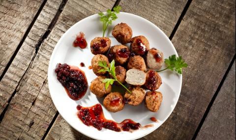 Рецепта за вечеря: Печени кюфтенца със сос от боровинки