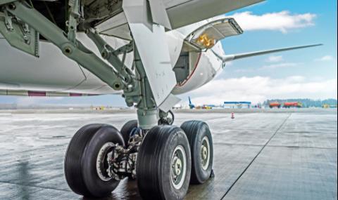 Нелегален падна от колесника на самолет в Лондон