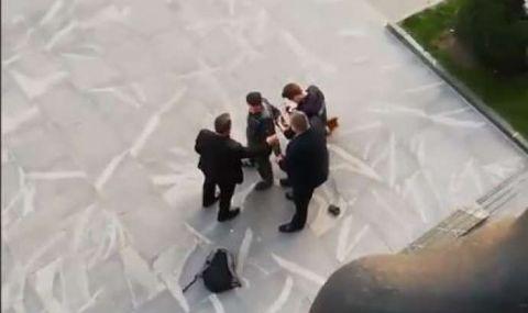 Мъж, недоволен от локдауна, тръгна с резачка към парламента (ВИДЕО)