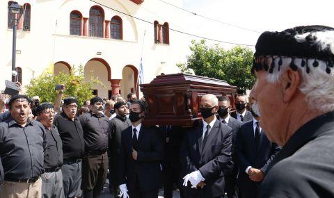 """Погребаха Микис Теодоракис със скандирания """"Безсмъртен!"""" - 1"""