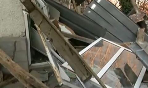 Силен вятър събори минаре на джамия в Омуртаг