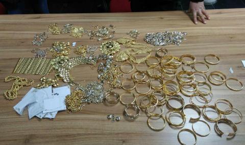 "Златни накити за близо 200 000 лева задържаха на ""Капитан Андреево"" и на ""Лесово"""