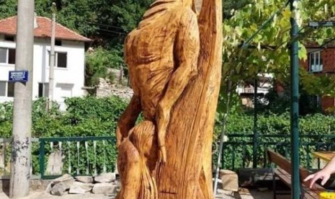 """""""Неприлична"""" статуя на мома и змей нажежи страстите в санданско село - 1"""