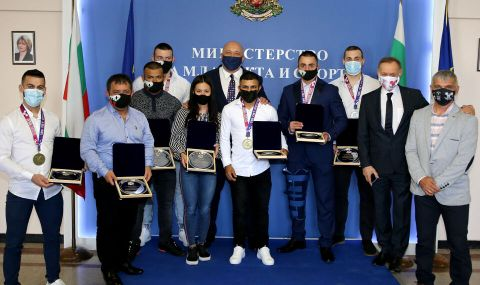 Кралев награди шампионите от Европейското първенство по вдигане на тежести