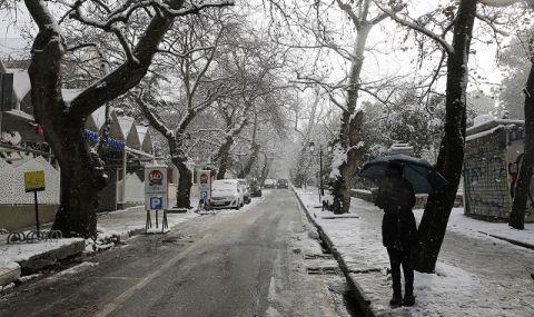 Планини от сняг в Атина, транспортът блокира