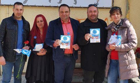Партията на Слави Трифонов зарадва със стотици червени карамфили дамите от Дупница
