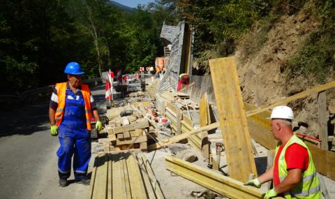 Спират ремонта на пътя до Рилския манастир заради два големи празника