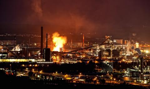 Бензинът в САЩ поскъпна заради огромен пожар