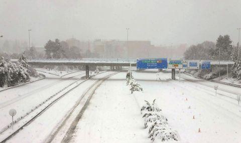 Гореща любовна целувка в снежната буря Филомена заплени Испания (СНИМКА) - 2