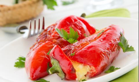 Рецепта за вечеря: Пълнени чушки с яйце и сирене на фурна