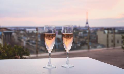 Млади хора в Париж се събраха да пият алкохол. Полицията го забрани