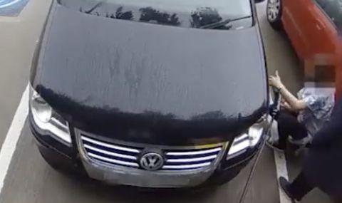 Жена се опита да напомпа гумата си от станция за електрически автомобил (ВИДЕО)