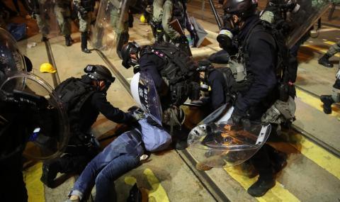 Сълзотворен газ и гумени куршуми в Хонконг