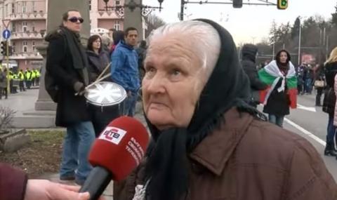 Баба Стойна стана лице на протестите в София