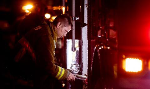 Тежко обгоряха 11 пожарникари